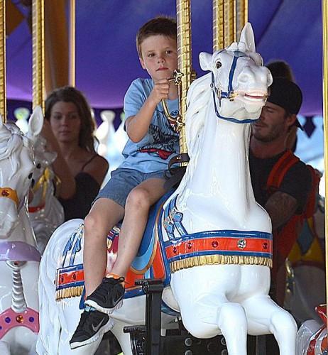 Круз Дэвид Бекхэм тоже катается на лошадке
