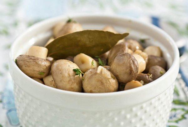 Маринованные шампиньоны можно подавать как самостоятельную закуску или добавлять в салаты