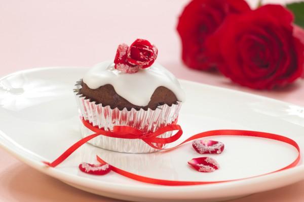 На завтрак в День Влюбленных можно подать празднично украшенные капкейки