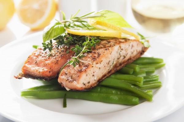 Подавай готовую рыбу с паровым рисом или овощами