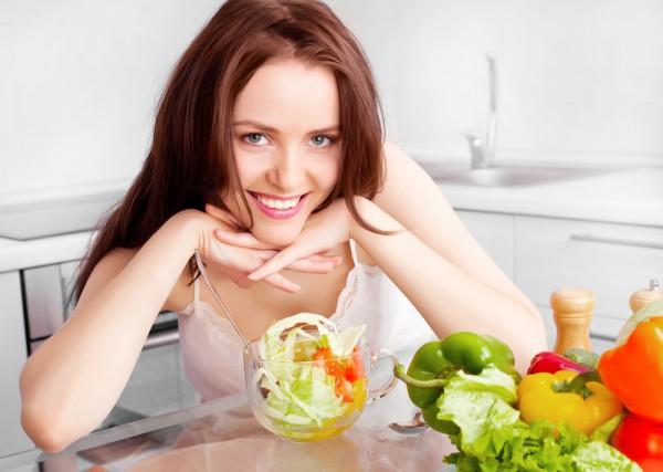 Средиземноморская диета подразумевает потребление большого количества овощей, фруктов, орехов, морепродуктов и хлеба из муки грубого помола,