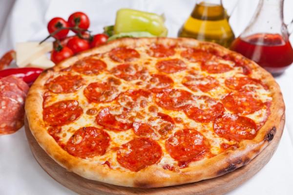 Рецепт                  Пицца с помидорами и салями