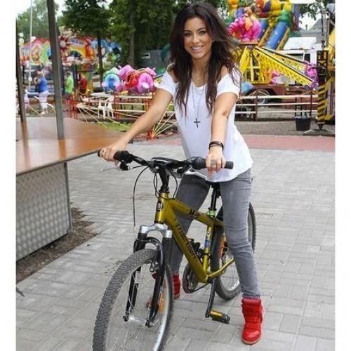 Ани Лорак катается на велосипеде