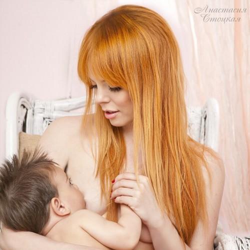Анастасия Стоцкая показала фото, на котором она кормит грудью сына