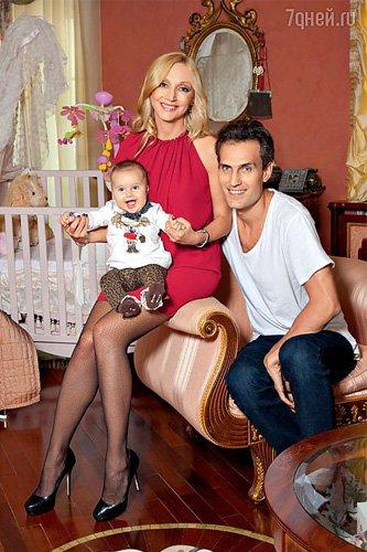 Кристина Орбакайте с дочкой Клавой и мужем Михаилом