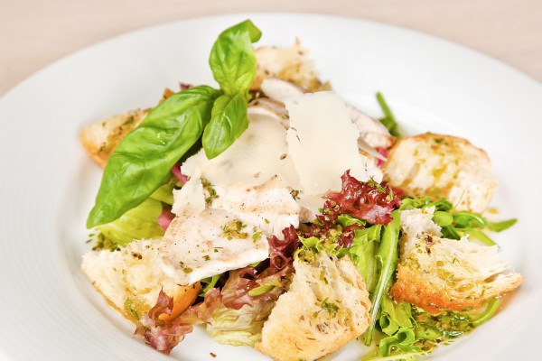 Салат из курицы с гренками