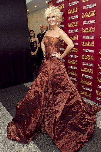 Елка в необычном красном платье с большим разрезом