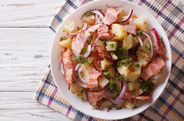 Теплый картофельный салат с грудинкой и луком