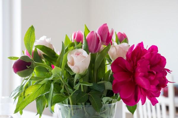 Красиво расположить цветы в вазе по силам каждому