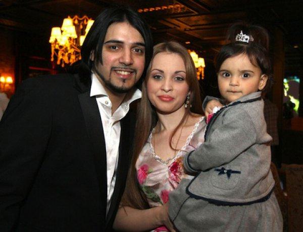 Александр Бердников с женой Ольгой и 2-летней дочерью