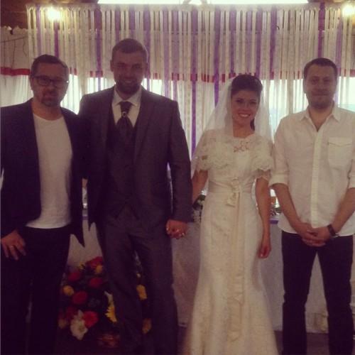 Алексей Рыжов (слева),  Анна со своим мужем (второй слева)