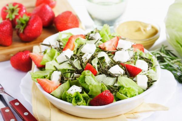 Клубника отлично подходить для приготовления салатов.