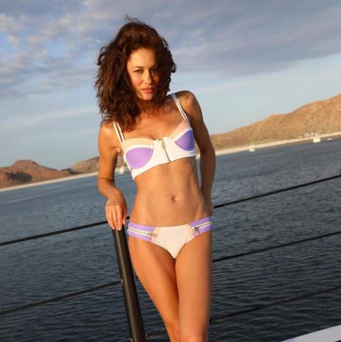 Ольга Куриленко похвасталась плоским животиком в купальнике