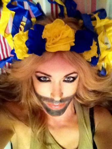 Монро нарисовала бороду и поддержала Кончиту Вурст