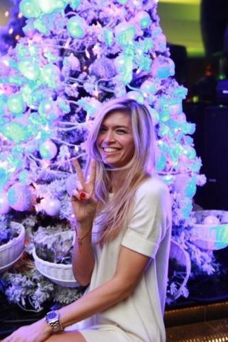 Вера Брежнева возле новогодней елки