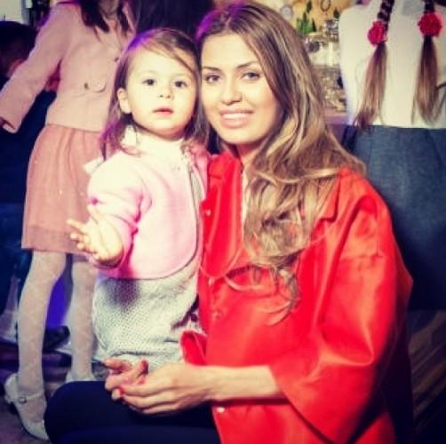 Виктория Боня пришла на открытие магазина с дочерью