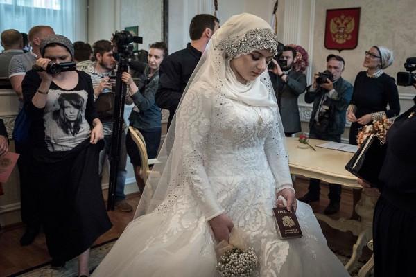 17-летняя школьница на своей свадьбе