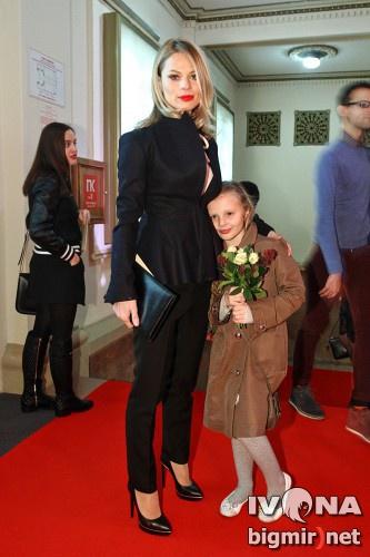 Оля Фреймут с дочерью пришла посмотреть фильм о Тине Кароль