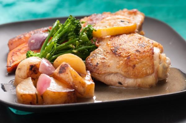Куриные бедрышки с картофелем, шпинатом и горошком