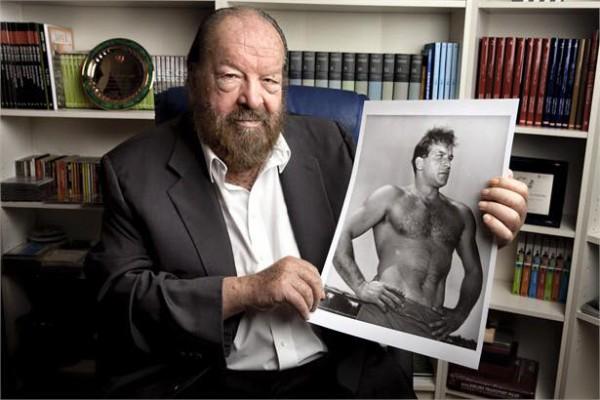 Бад Спенсер держит свое фото в молодости
