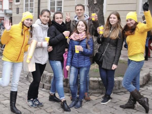 Команда Lipton вышла на улицы городов, чтобы согреть чаем