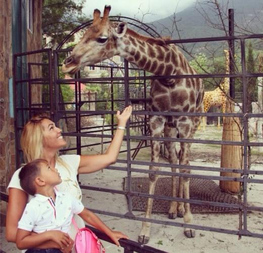 Яна Клочкова с сыном в Ялтинском зоопарке