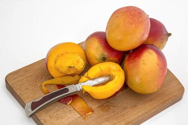 Внутри манго есть большая косточка, которую довольно сложно вырезать
