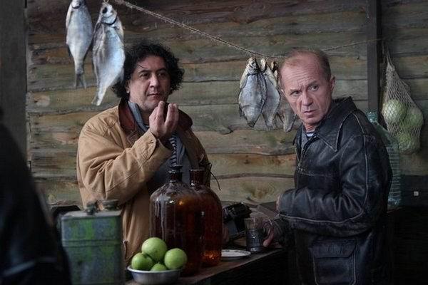 Худойназаров (слева) в сериале Гетеры майора Соколова