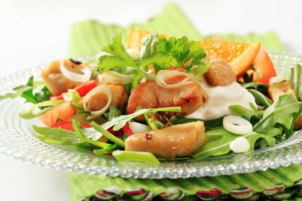 Салат из рукколы с курицей и апельсинами