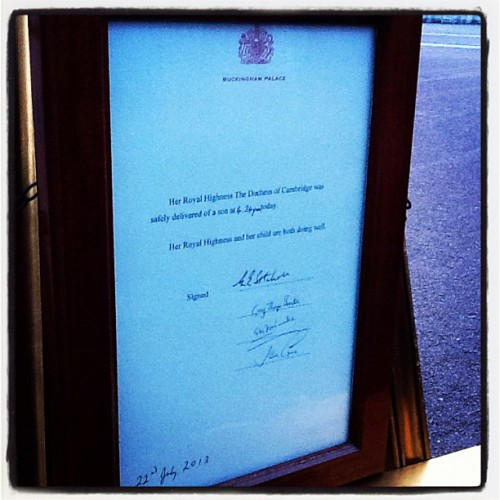 Письмо с извещением о появлении на свет наследника отвезено в Букингемский дворец и выставлено на всеобщее обозрение
