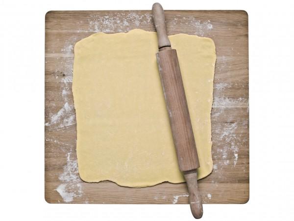 Слоеное тесто разморозить. Раскатать на присыпанной мукой поверхности.