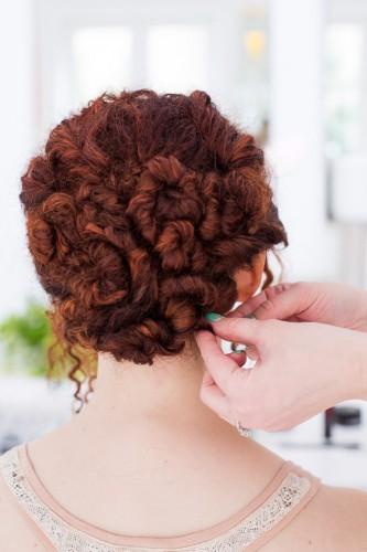 Прическа из кудрявых волос с невидимками