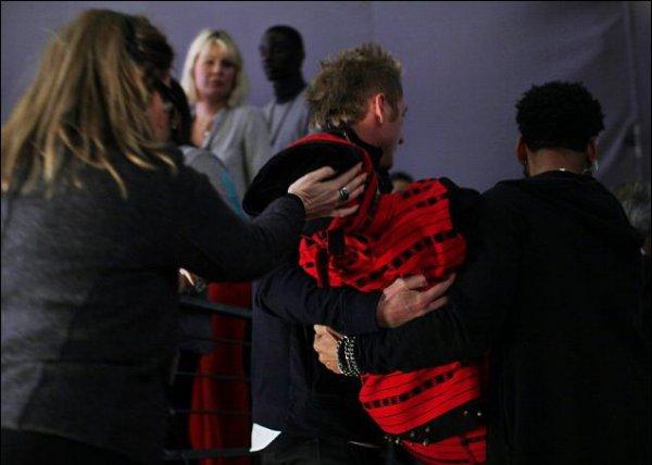Служба безопасности на руках вынесла женщину из зала до прибытия скорой помощи