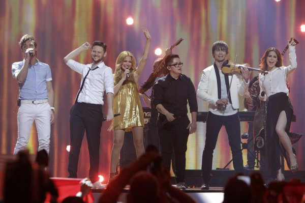 All Star Band во втором полуфинале Евровидения 2012. Певец Дима Билан открывает рот под музыку