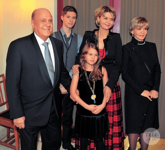 Юлия Меньшова с детьми: сыном Андреем и дочкой Таисией и с родителями: Владимиром Меньшовым и Верой Алентовой