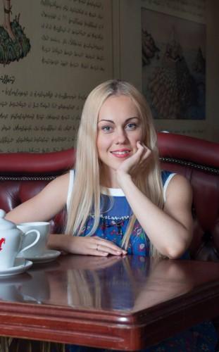 Певица Alyosha призналась, что ее маленький сын помогает артистке выбирать гардероб