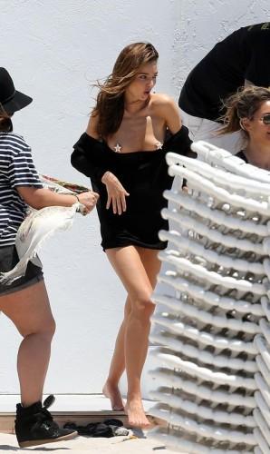 С Керр соскочило платье прямо перед объективом фотографа