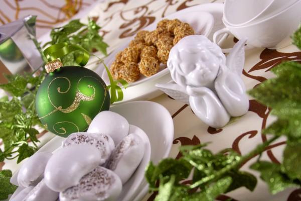 Елочные игрушки можно комбинировать с рождественскими статуэтками