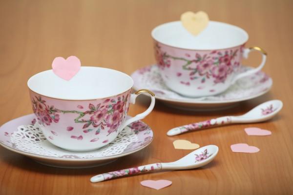 Укрась чашки маленькими сердечками