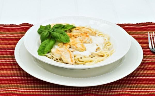 Куриное филе хорошо сочетается со сливочным соусом