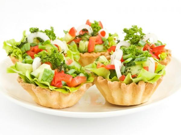Овощной салат в корзинках на Новый год