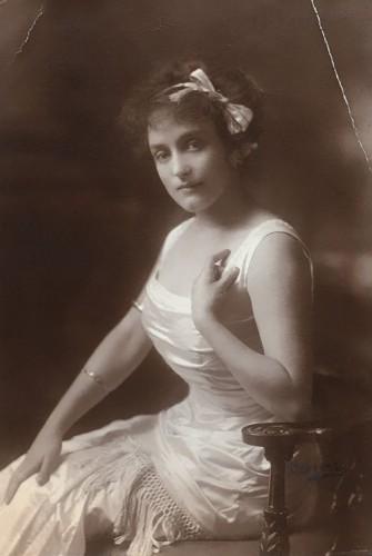Аннет Мари Сара Келлерман (1886 – 1975), австралийская профессиональная пловчиха, звезда водевиля, актриса кино, писательница и бизнесвумен.