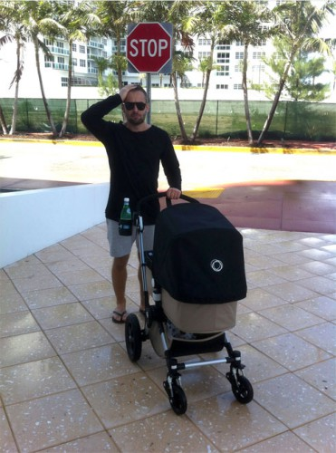 Дмитрий Шепелев гуляет со своим сыном Платоном