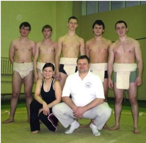 Вадим – сын Василия Цушко – занимается борьбой сумо (в центре второго ряда)