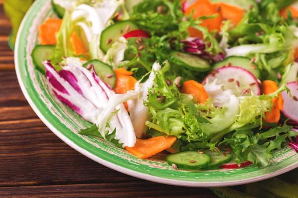 Салат для пикника из редиса с морковью
