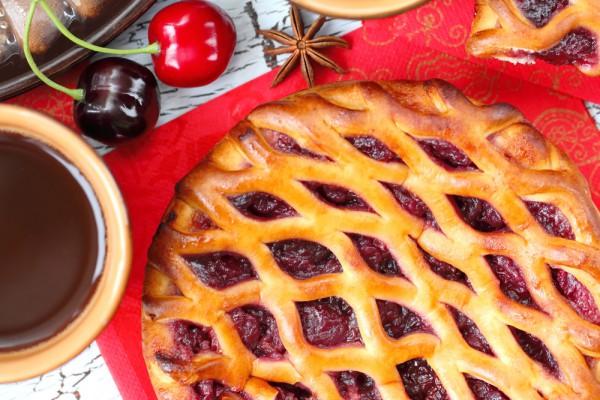 Пирог с вишневой начинкой