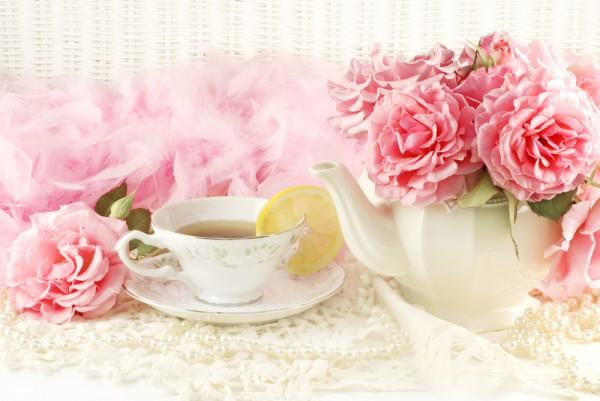В качестве вазы для цветов можно использовать белый фарфоровый чайник.