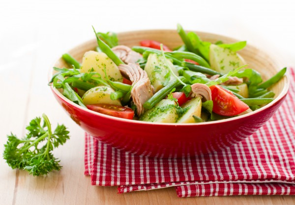 Овощной салат с соусом песто фото