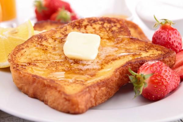 Французские тосты подают с медом и сливочным маслом
