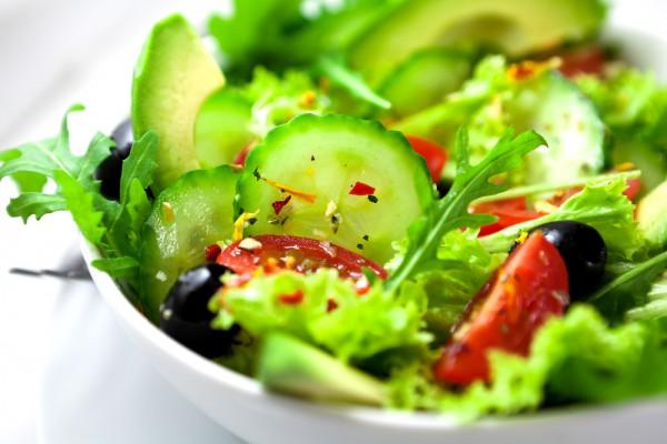 Летний салат из овощей и оливок